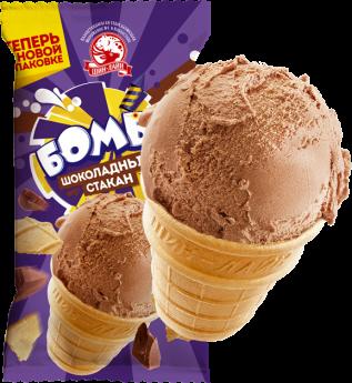 Шоколадное мороженое в вафельном стаканчике